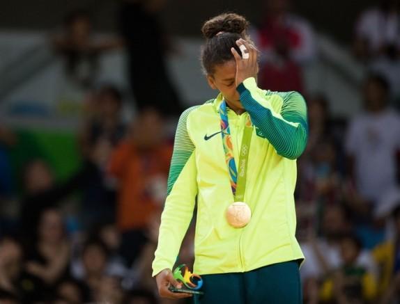 Rafaela Silva não segura o choro após conquista do ouro.